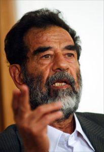 Saddam Hussein vor Gericht, Juli 2004